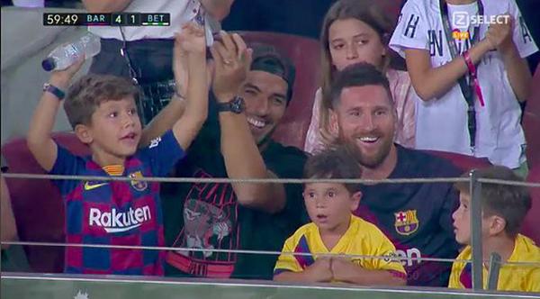 Messi và Suarez hào hứngkhiBarcelona ghi bàn, và đây là biểu cảm của Mateo: Tôi là ai và đây là đâu.