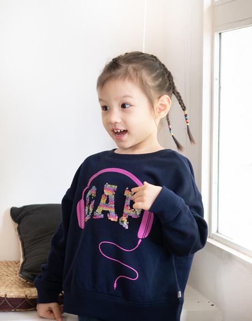 Con gái của Phương Vy Idol thích thú khi diện chiếc áo Flippy Sequins - thiết kế đặc biệt dành cho các bé trong BST Fall 2019.