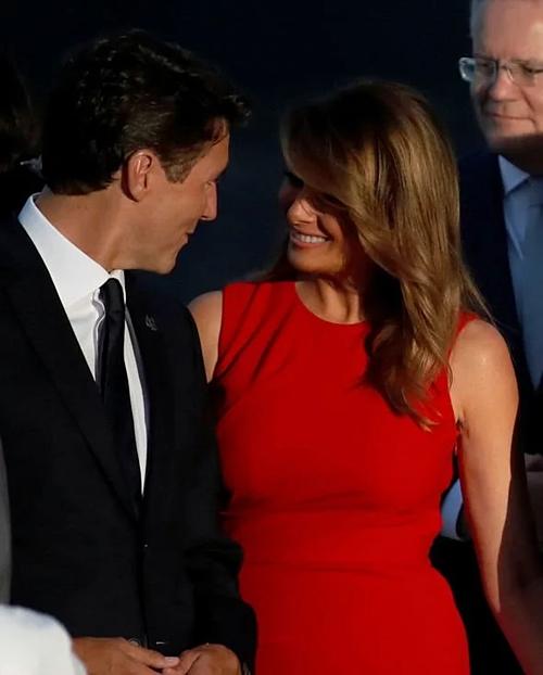 Ông Trudeau và bà Melania vui vẻ chào nhau.