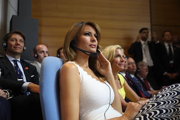 Đệ nhất phu nhân Mỹ Melania Trump lắng nghe khiTổng thống Mỹ Donald Trump phát biểu tại cuộc họp báohội nghị thượng đỉnh G7 ở Pháp, hôm 26/8.