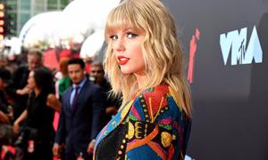 Tái xuất sau 4 năm, Taylor Swift chiếm spotlight trên thảm đỏ VMAs 2019