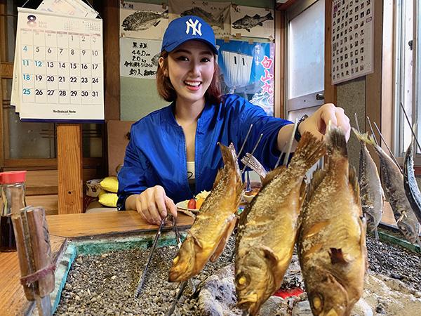 Sau đó, mỹ nhân Hân hoa hậu thích thú thưởng thức bữa trưa được làm từ những con cá mình đã câu được.
