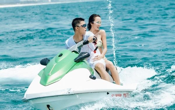 Cường Seven - Vũ Ngọc Anh vui chơi trên biển trong MV.