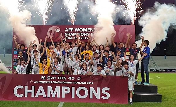ĐT nữ Việt Nam đánh bại ĐKVĐ Thái Lan với tỉ số 1-0, lên ngôi khu vực sau 7 năm. Ảnh: VFF