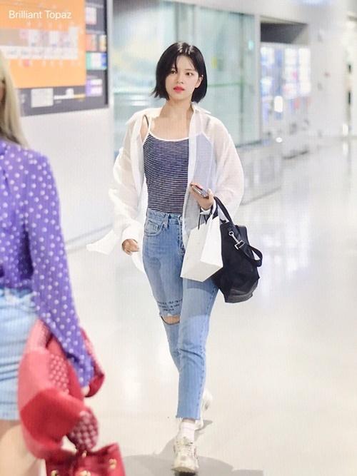 Jeong Yeon được khen đạt đỉnh cao nhan sắc khi cắt tóc ngắn. Nữ idol sở hữu tỉ lệ cơ thể đẹp nhất trong Twice, có phong cách năng động, khỏe khoắn.
