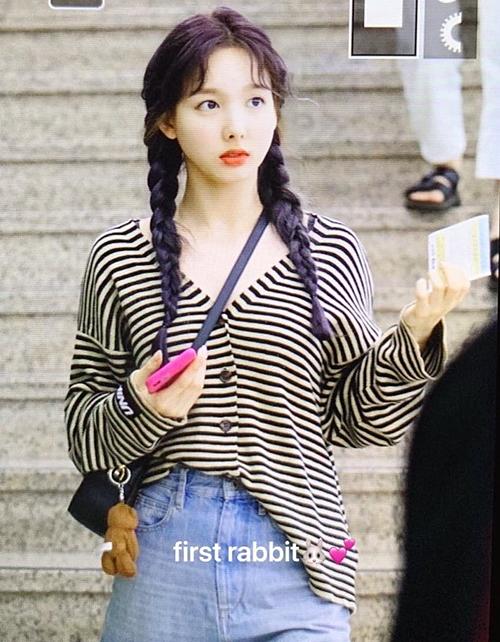 Na Yeon đáng yêu hết nấc với kiểu tóc tết hai bên.
