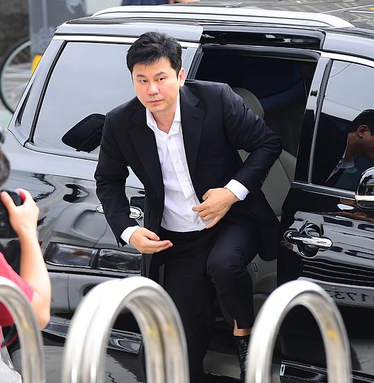 Sáng 29/8, cựu chủ tịch YG Entertainment Yang Hyun Suk có mặt ở Cục điều tra tội phạm trí tuệ thuộc Sở cảnh sát Seoul. Ông trình diện với tư cách là nghi phạm của vụ án đánh bạc trái phép ở nước ngoài.