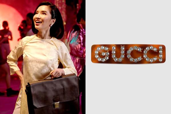 Kể cả khi diện áo dài truyền thống, nữ ca sĩ vẫn chọn phụ kiện sang chảnh của Gucci làm điểm nhấn. Chiếc kẹp đồi mồi giá 400 USD (hơn 9 triệu đồng) là món đồ được rất nhiều tín đồ thời trang yêu thích năm nay.