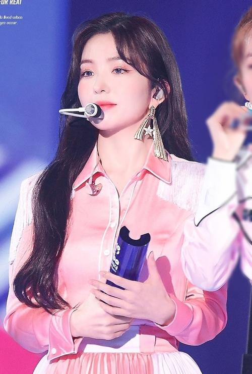 Irene (Red Velvet) cũng là một idol được tìm kiếm nhiều trên Google nửa năm qua. Cô nàng xếp vị trí thứ bảy (8,30%).