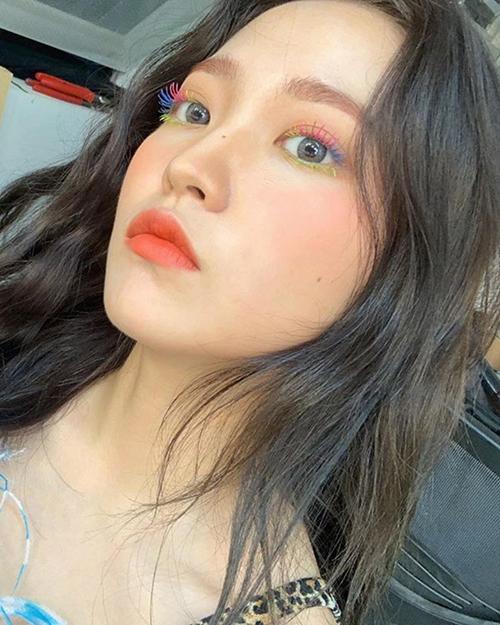 em út nhóm Red Velvet là Yeri cũng khoe hàng mi được chải theo màu cầu vồng khá ấn tượng.