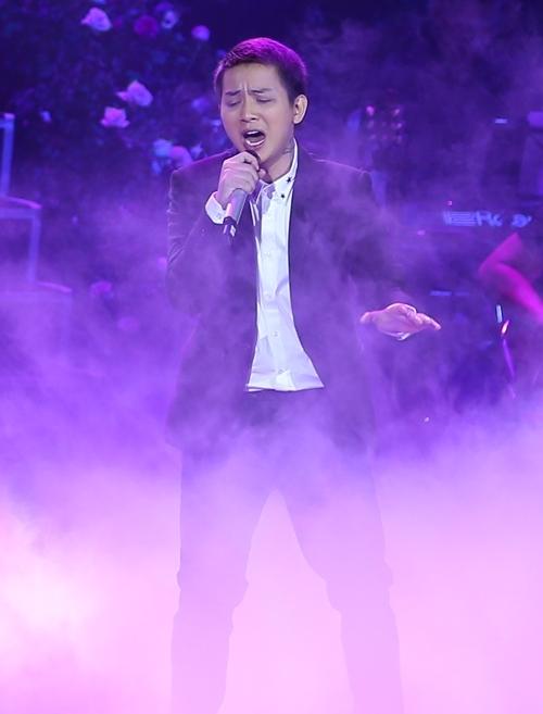 Hoài Lâm trên sân khấu.