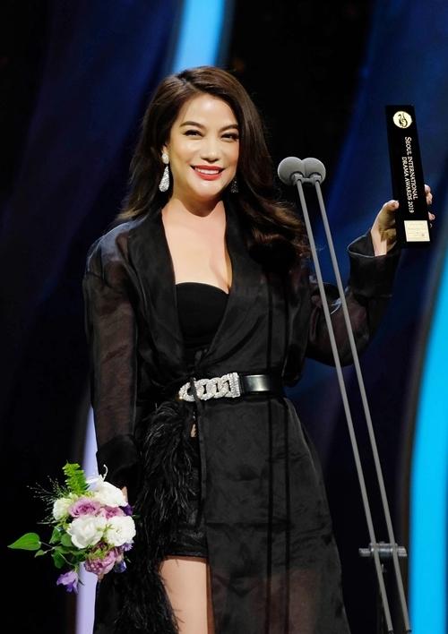 Trương Ngọc Ánh được xướng tên trong hạng mục Ngôi sao châu Á. Trong khoảnh khắc lên sân khấu nhận giải thưởng đầy vinh dự, nữ nghệ sĩ đa tài không giấu được sự xúc động.