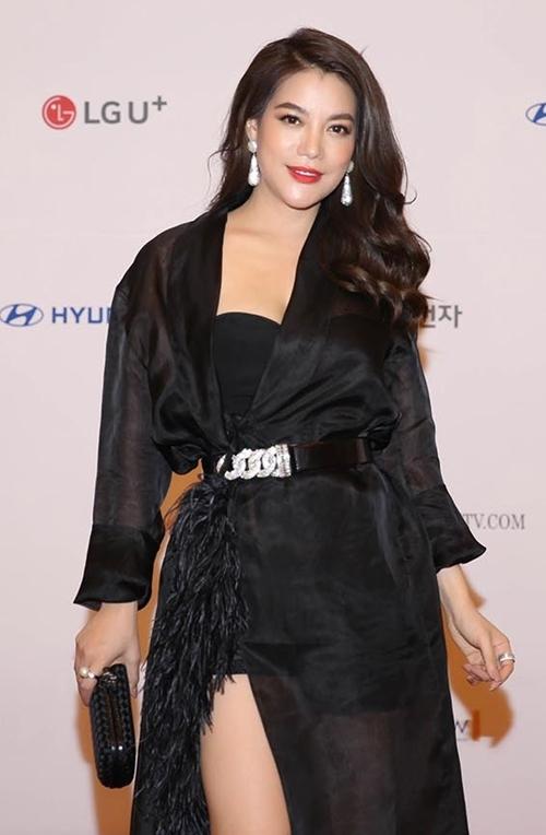Nữ diễn viên khoe vẻ trẻ trung, quyến rũ, giao lưu bằng tiếng Anh, chụp hình kỷ niệm với các đồng nghiệp và giới truyền thông nước bạn.