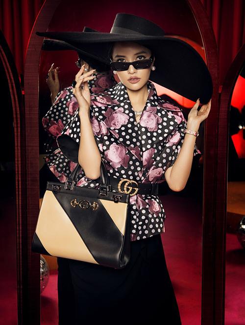 Bộ cánh được Bích Phương đưa lên bìa single là sáng tạo của NTK Đỗ Mạnh Cường gồm áo, váy và mũ rộng vành kiểu quý tộc.