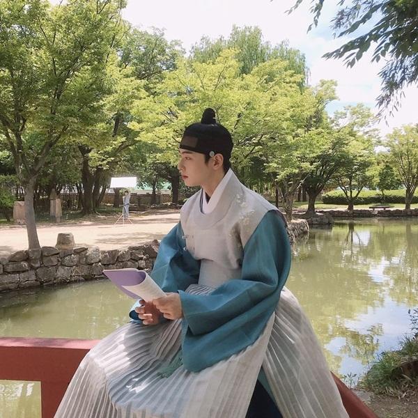Nam thần cổ trang Cha Eun Woo ngồi