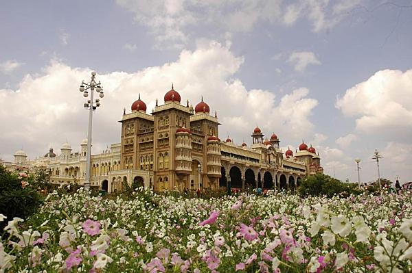 Bạn có biết 7 cung điện xa hoa bậc nhất thế giới?