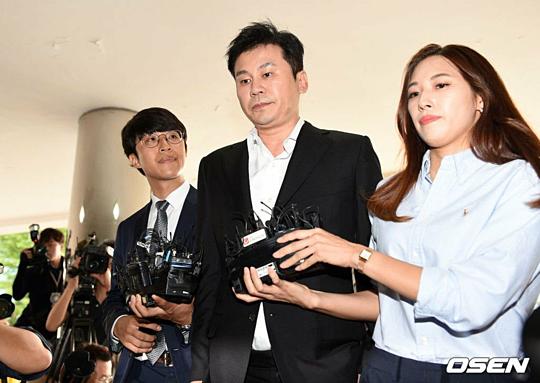 Theo truyền thông Hàn, Yang Hyun Suk đã mất 600 triệu won và 1,3 tỷ won khi đánh bạc ở Las Vegas vào tháng 10/2017 và tháng 2/2018. Seung Ri (cựu thành viên Big Bang) cũng tham gia vào các hoạt động cờ bạc trái phép cùng Yang Hyun Suk.