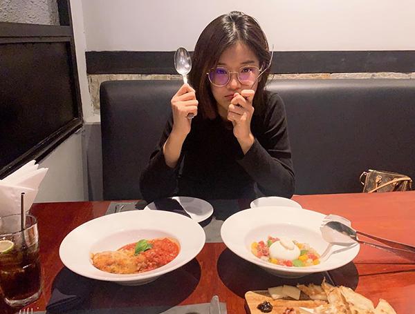 Hoàng Yến Chibi để nguyên mặt mộc đi ăn cùng bạn bè.