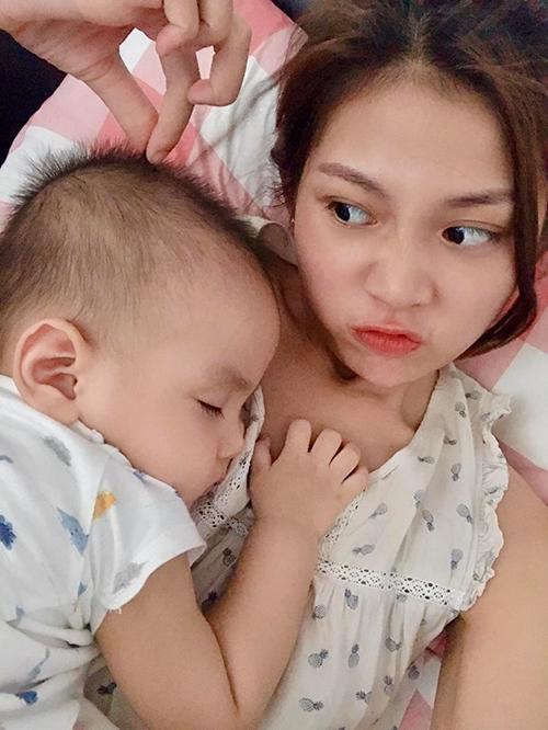Chúng Huyền Thanh nhí nhố trêu con trai trong lúc cậu nhóc say ngủ.