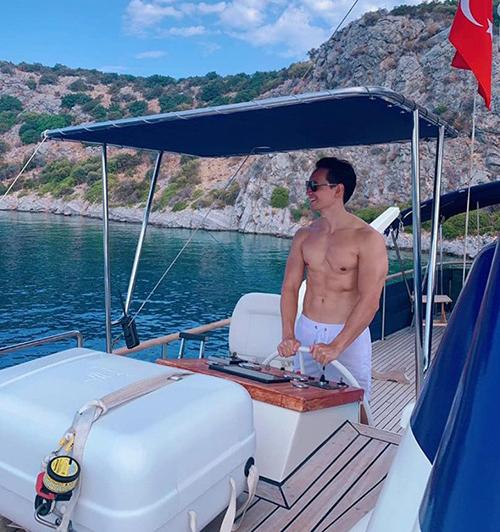 Cùng đi nghỉ dưỡng ở Thổ Nhĩ Kỳ với Hà Hồ là Kim Lý. Nam diễn viên cởi áo, khoe cơ bắp cuồn cuộn.