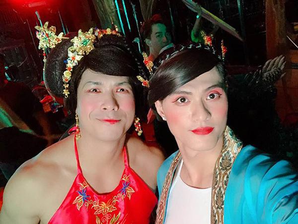 Trương Thế Vinh và Lâm Vinh Hải giả gái để hỗ trợ một phân cảnh vui nhộn trong MV của Ngô Kiến Huy.