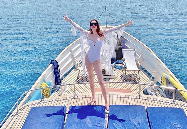 Hà Hồ đang trong kỳ nghỉ ở Thổ Nhĩ Kỳ cùng bạn trai Kim Lý. Trong chuyến đi biển này, nữ ca sĩ liên tục khoe dáng nuột với đủ kiểu áo bơisành điệu.