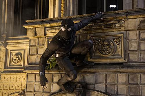 Stealth Suit màu đen cho phép Nhện Nhọ ẩn mình chiến đấu trong bóng đêm.