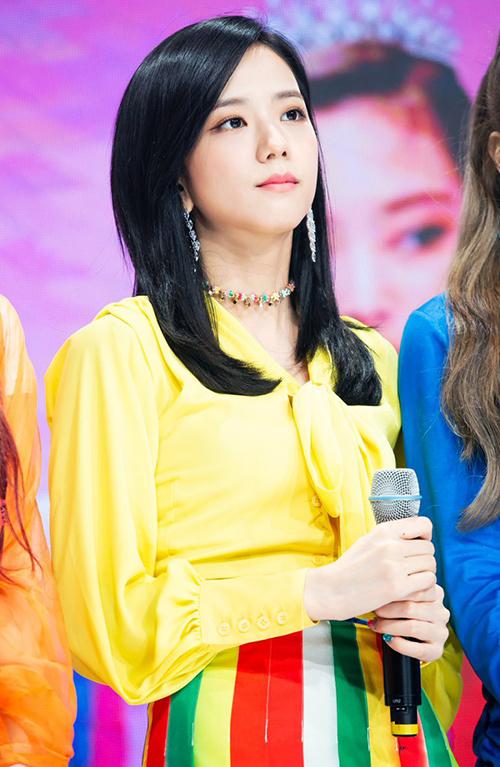 Cách phối áo vàng chóe với chân váy nhiều màu như Ji Soo không phải ai cũng dám thử nghiệm.