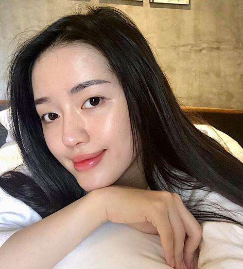 Khánh Linh trải nghiệm rất nhiều biện pháp thẩm mỹ hiện đại để có làn da soi gương được, bắt sáng mà không cần đến phấn highlight.