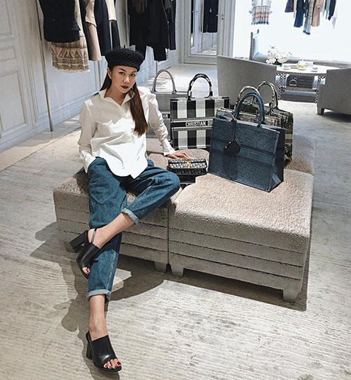 Thanh Hằng băn khoăn chọn lựa giữa nhiều mẫu Dior tote khác nhau, giá mỗi chiếc từ 2.700 USD (hơn 62,5 triệu đồng).