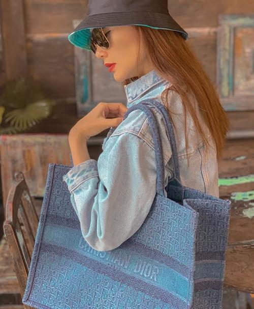 Minh Hằng chọn phiên bản túi denim năng động, phù hợp với những chuyến du lịch lỉnh kỉnh đồ đạc.