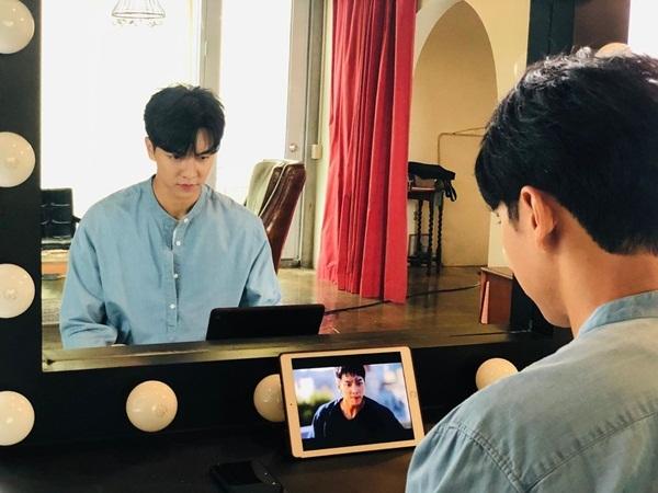 Lee Seung Gi xem lại cảnh quay của mình trong Vagabond. Biểu cảm nghiêm túc, chăm chú của nam diễn viên