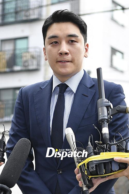 Cựu thành viên Big Bang Seung Ri xếp vị trí thứ ba với 9,44% lượt tìm kiếm. Nửa năm qua, anhchàng là tâm điểm của loạt scandal gây chấn động Kbiz, liên quan đến những cáo buộc vi phạm pháp luật nghiêm trọng. Hiện tại Seung Ri đang bị truy tố với 7 tội danh và là nghi phạm của vụ án đánh bạc trái phép.