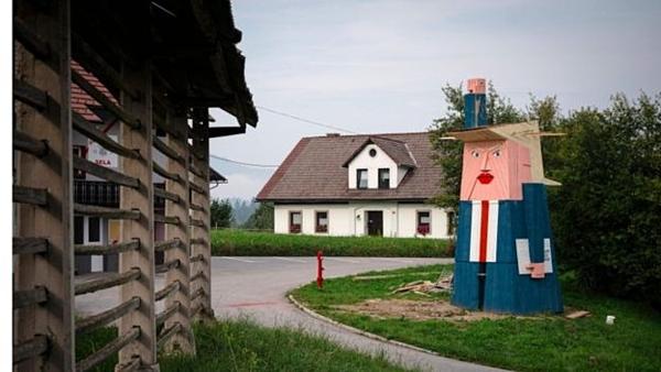 Bức tượng gỗ hình Trump được dựng ở quê nhà bà Melania ở Slovenia.