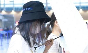 Trịnh Sảng gây tranh cãi khi che chắn máy ảnh ở sân bay