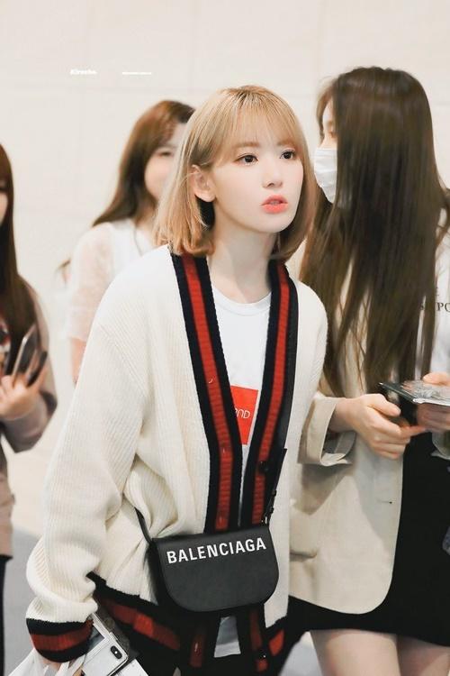 Sakura bắt đầu sử dụng những phụ kiện hàng hiệu, nâng tầm trang phục khi ra sân bay.