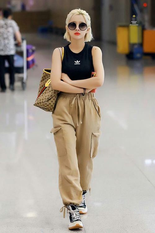 So Yeon cực ngầu nhưng vẫn toát lên vẻnữ tính khi diện những item là bạn thân của phong cách sproty chic: quần jogger, áo tank top và giày thể thao.