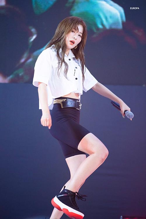 Seul Gi càng thêm nổi bật, ấn tượng trong set đồ phối layer đen – trắng cùng giày sneaker đế