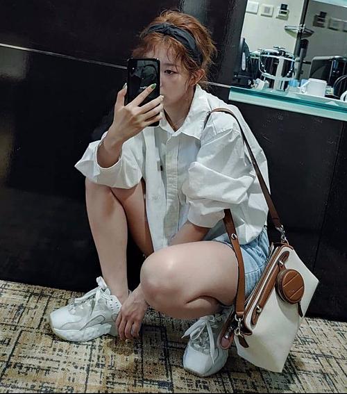 Trong lần xuất hiện tại sân bay vào tháng 7, Seul Gi cũng chọn cho mình outfit đơn giản, phóng khoáng với sơ mi trắng, quần shorts jeans và đôi giày thể thao giá 10,8 triệu đồng.