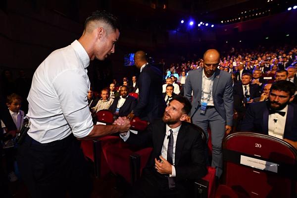 Hai siêu sao vui vẻ chào nhau khi gặp mặt.