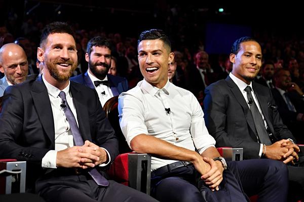 Messi (trái) được xếp ngồi cạnh Ronaldo (giữa) và Van Dijk.