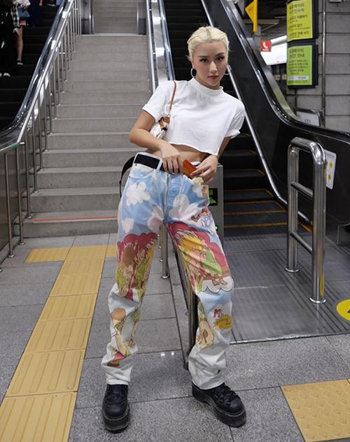 Quỳnh Anh Shyn trông giống hệt các cô gái Âu Mỹ với mái tóc vàng bạch kim và lối ăn mặc hầm hố.