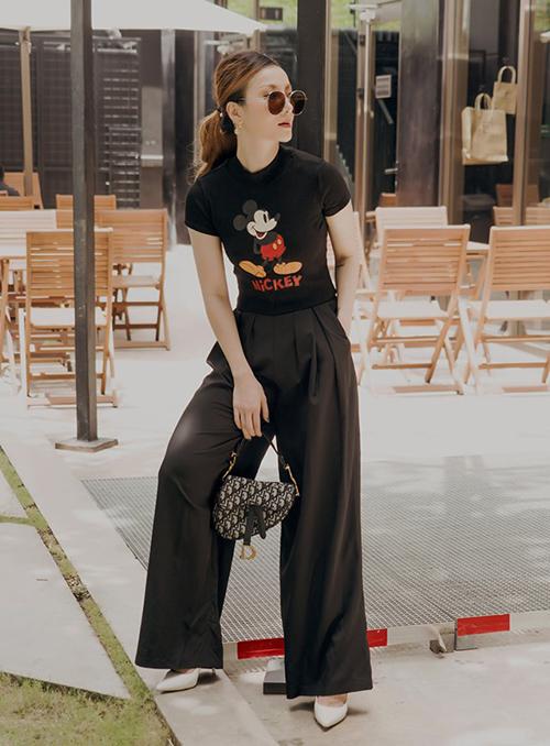 Yến Nhi diện áo phông Mickey và quần ống rộng rất thoải mái trong chuyến du lịch.
