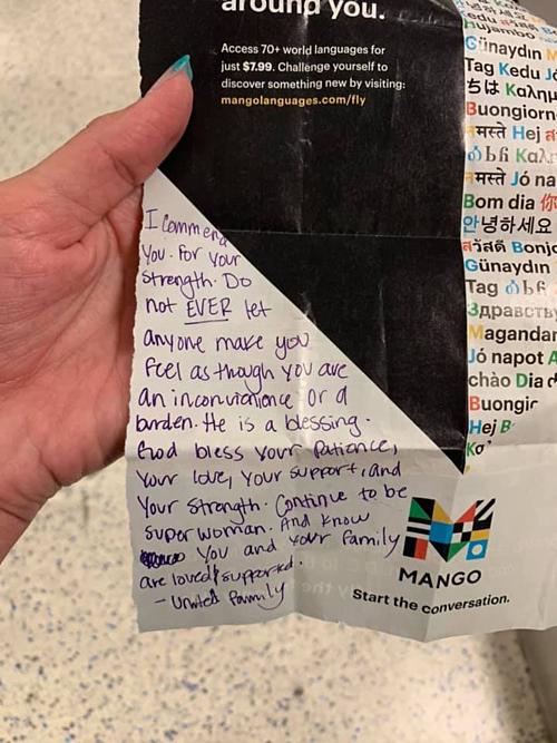 Tờ thư tay của tiếp viên hàng không khiến chị Gabriel xúc động.
