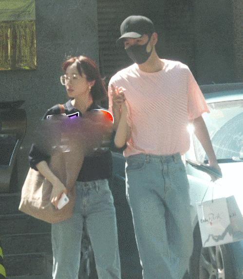 Hai người cùng mặc quần jeans với phong cách tương đồng.