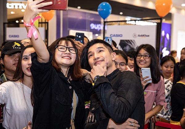 Sau khi kết thúc màn trình diễn của mình, nam ca sĩ còn lưu lại để chụp ảnh cùng người hâm mộ.
