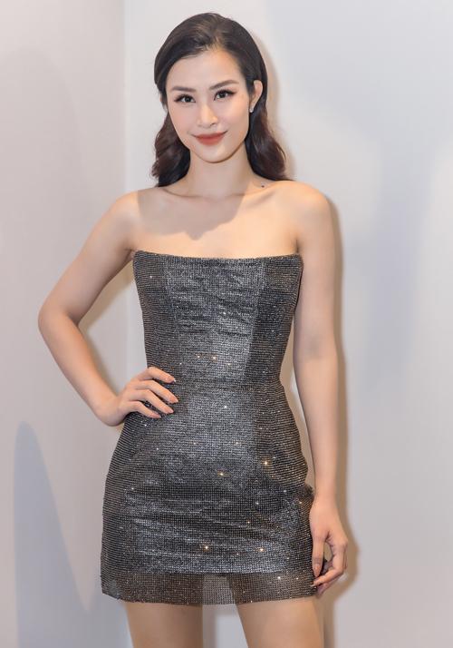 Tối 31/8, Đông Nhi tham dự đêm nhạc Người tình mùa thu, khai trương một lounge ở Vĩnh Phúc. Nữ ca sĩ mặc gợi cảm với váy cúp ngực của NTK Chung Thanh Phong.
