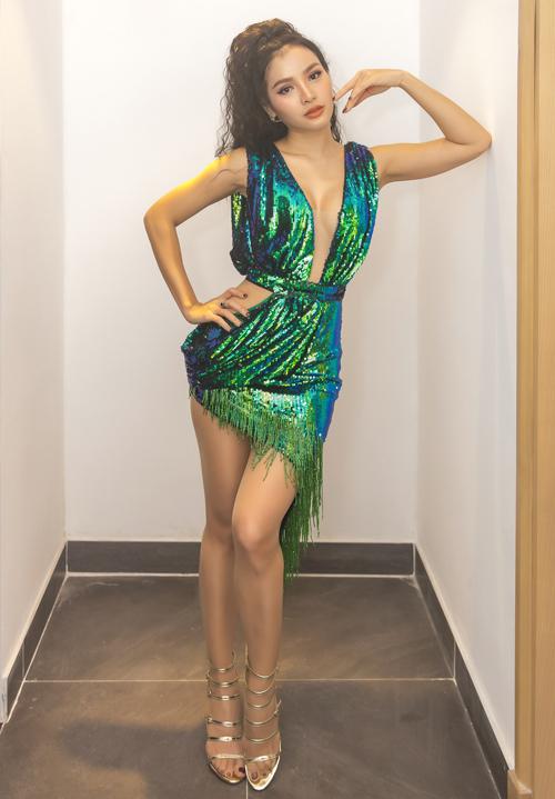 Lần đầu đến Vĩnh Phúc biểu diễn, Phương Trinh Jolie chọn bộ váy sequin xẻ ngực táo bạo và khoe đôi chân dài.