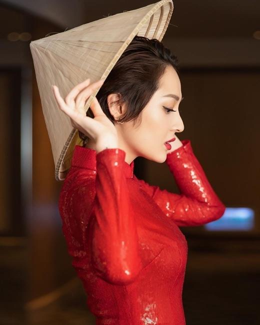Trong bộ áo dài đỏ và màu son nổi bật, Bảo Anh toát lên vẻ quyến rũ khó cưỡng.