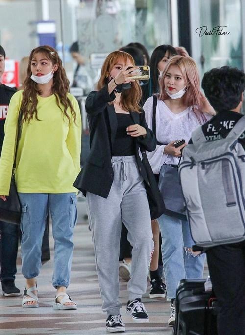 Weki Meki được người hâm mộ chào đón khi đến Thái Lan.